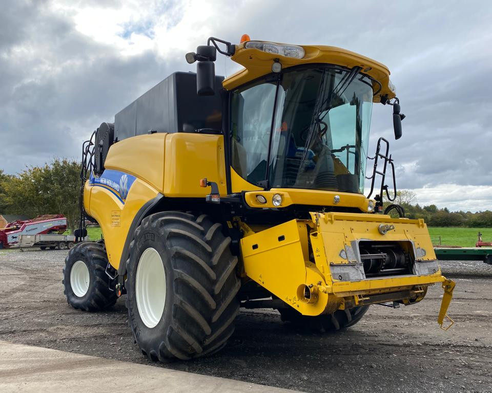 NEW HOLLAND CR8080 COMBINE HARVESTER